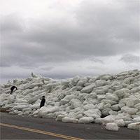 """""""Sóng thần băng"""" đe dọa chôn vùi nhà cửa ven bờ ở Mỹ"""