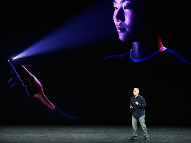 Apple giới thiệu Face ID trên iPhone X.