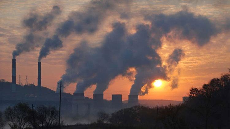 Con người lạm dụng nhiên liệu hóa thạchkhiến một lượng lớn khí nhà kính bị đẩy vào khí quyển.