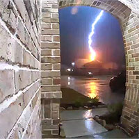Camera ghi lại khoảnh khắc sét đánh trúng nhà dân Mỹ