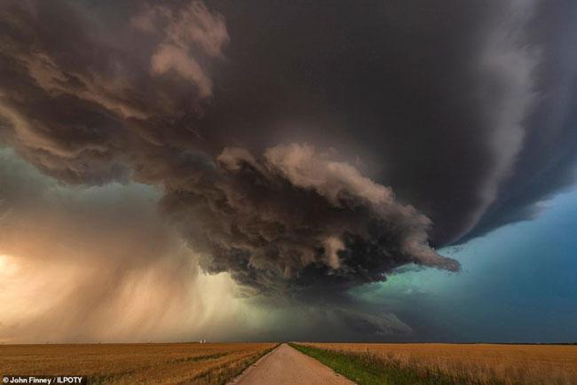Trong hình là bức ảnh chụp lại cơn bão khổng lồ đang di chuyển trên đồng bằng ở Oklahoma, Mỹ