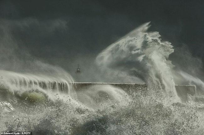Edward Hyde từ nước Anh đã chụp lại khoảnh khắc một ngày dông bão ở bến cảng Newhaven, đông Sussex, Anh.