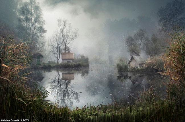 Hồ nước trong sương mù huyền ảo ở ngoại ô Szigliget