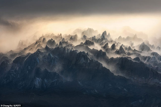 Những rặng núi nhấp nhô trong màn mây từ trên không