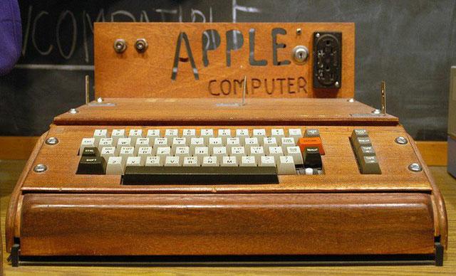 Đây là sản phẩm đầu tiên của Apple, được phát minh bởi người đồng sáng lập Apple Steve Wozniak.