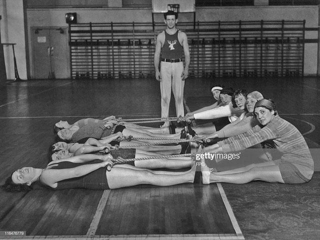 Cách tập thể dục của các cô gái thời xưa cũng thật đặc biệt.