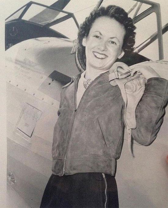 Một nữ phi công cười tươi rạng rỡ vì vừa được cấp bằng vào năm 1940.