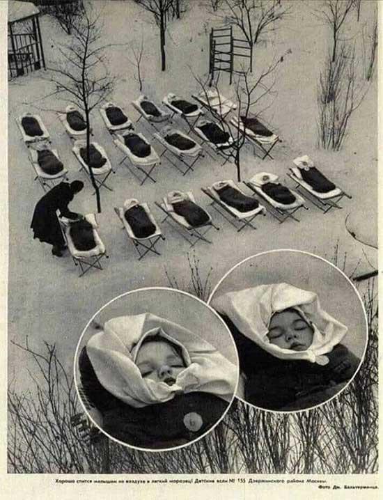Trẻ em ngủ ngoài trời sau bữa trưa tại bệnh viện phụ sản ở Moscow năm 1958.