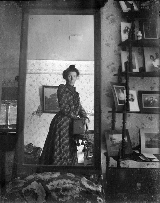 Hóa ra bức ảnh selfie qua gương đã có từ năm 1900.