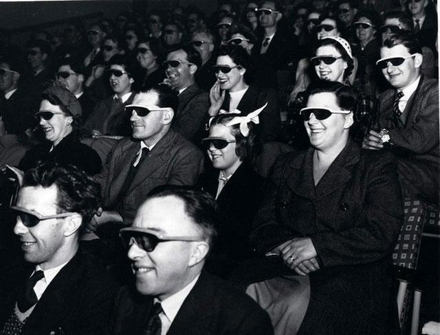 Các khán giả đeo kính đặc biệt xem một bộ phim 3D ở tại Telekinema ở South Bank ở London
