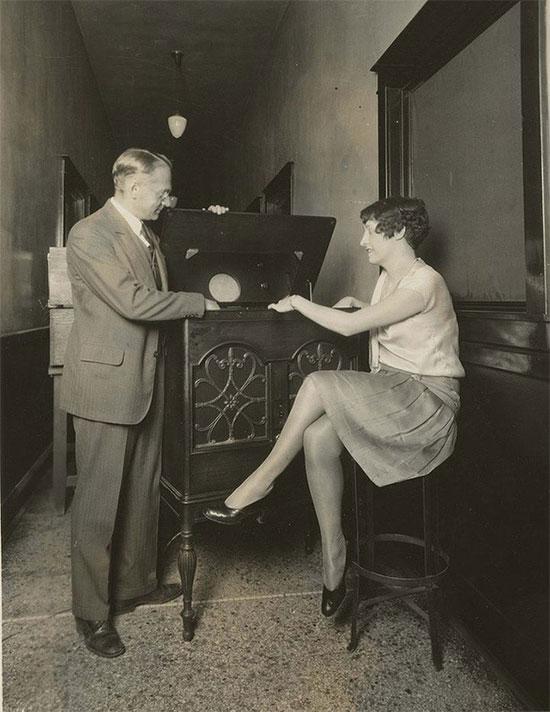 Một chuyên gia của hãng thông tấn lớn RCA - Vladimir Zworykin - quảng cáo truyền hình điện tử mà hãng này tuyên bố tự phát minh ra.
