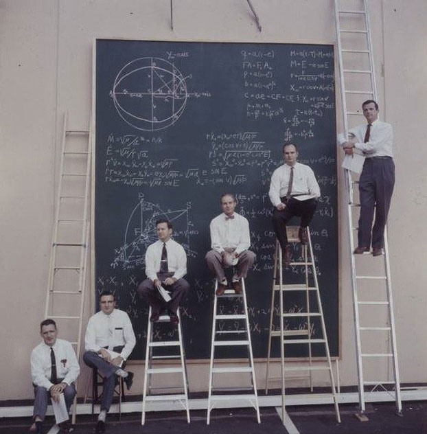 Các nhà khoa học của NASA phải bắc thang mới viết được hết bảng tính của họ một cách chính xác nhất.