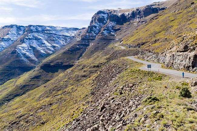 Lesotho nổi tiếng với các thung lũng hẹp và những dãy núi cao.