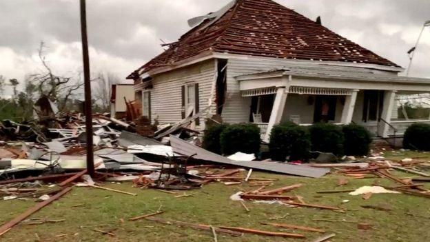 """Cảnh sát trưởng hạt Lee, Jay Jones, cho biết đã có thiệt hại """"thảm khốc""""."""
