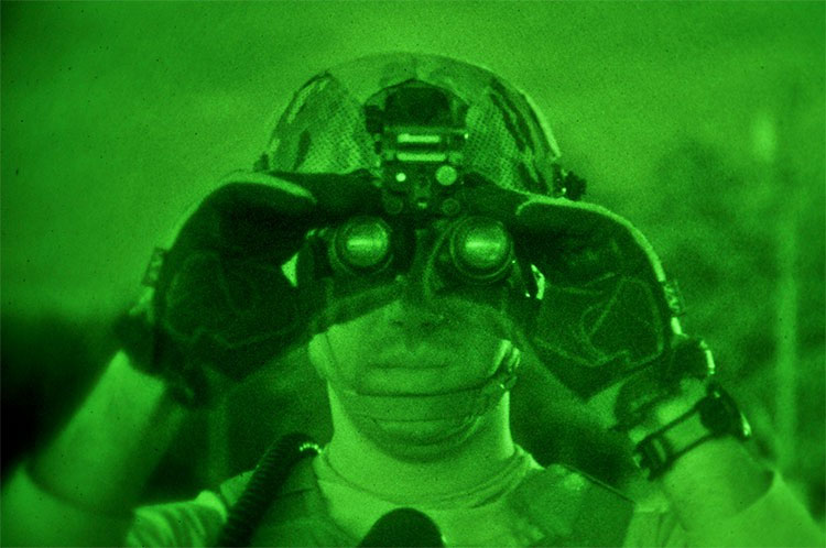 Khi đeo kính nhìn xuyên đêm, mọi vật sẽ chuyển thành màu xanh.