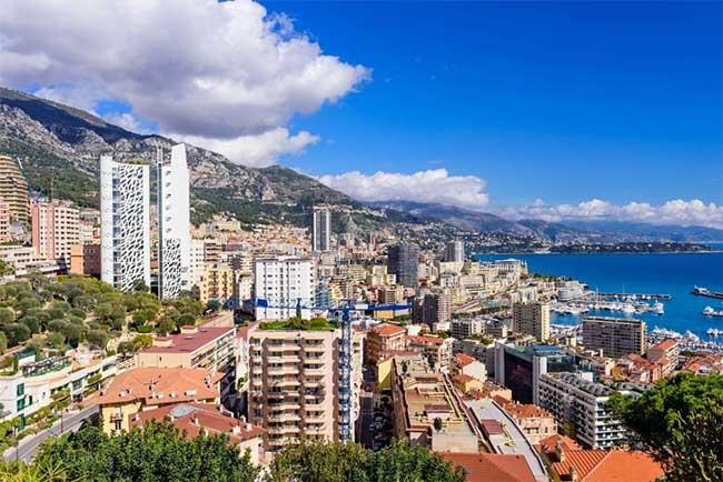 Monte Carlo được biết đến với sự quyến rũ về sòng bạc và ăn chơi.