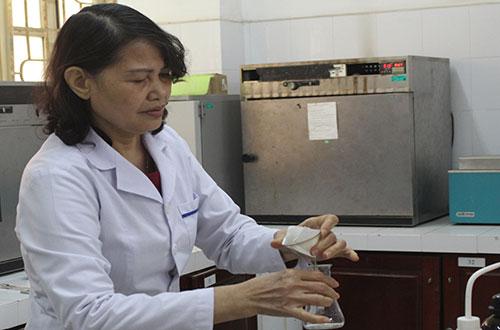 PGS Đồng Kim Loan trong phòng thí nghiệm.