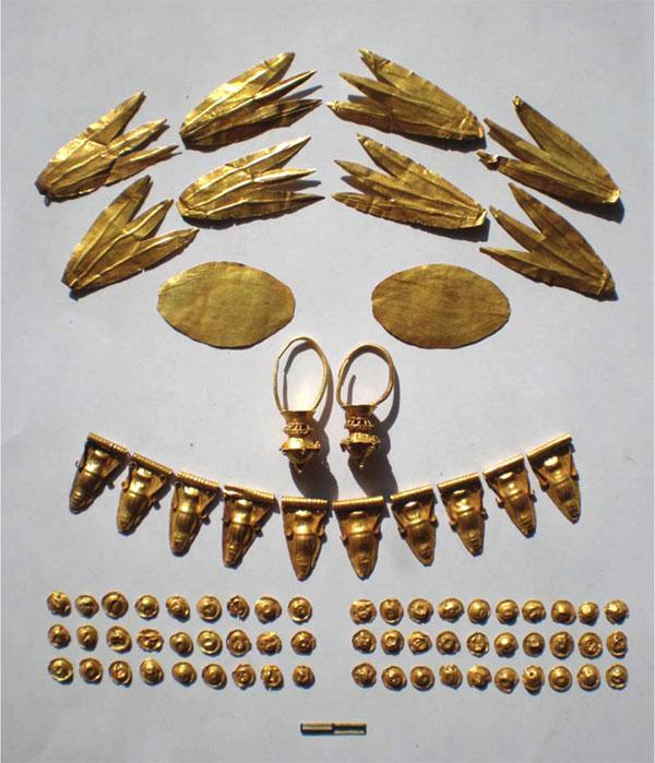 Những đồ tạo tác bằng vàng trong ngôi mộ ở Crimea.