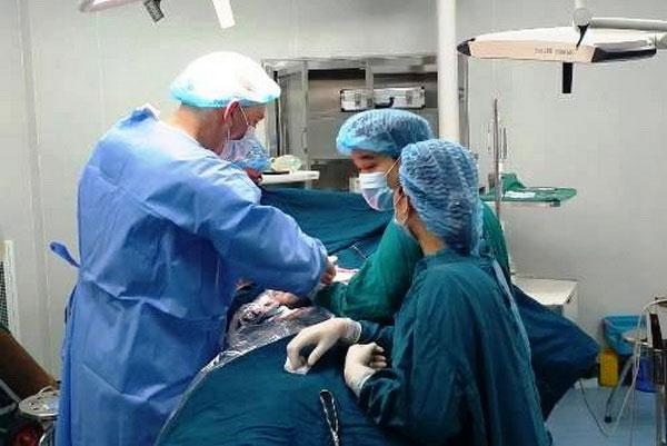 Các bác sĩ tiến hành phẫu thuật cho bệnh nhân M.