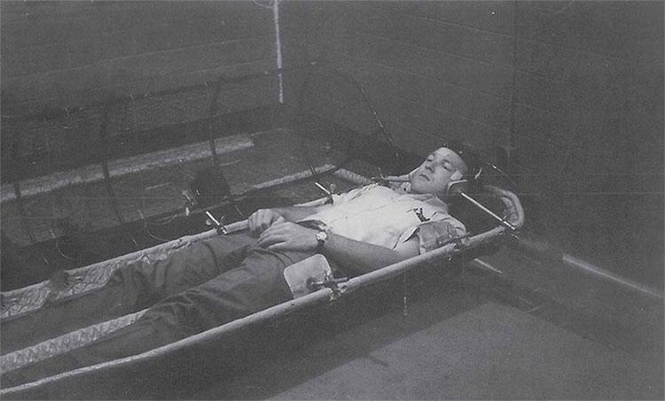 David Myerc tiến hành thử nghiệm năm 1961 trong lồng kim loại lắc sang trái phải liên tục.
