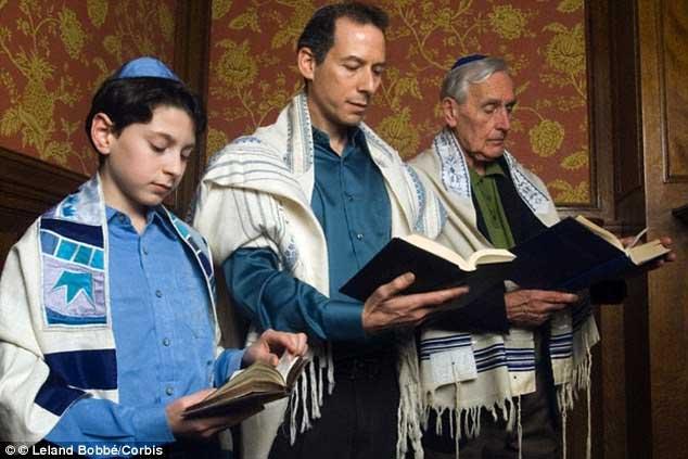 Bất kỳ người Do Thái nào cũng phải biết chữ để có thể đọc kinh ở bất kỳ nơi đâu