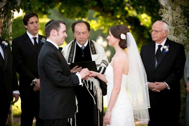 Người Do Thái thường xuyên kết hôn trong cộng đồng và hiếm khi lấy người ngoài đạo.