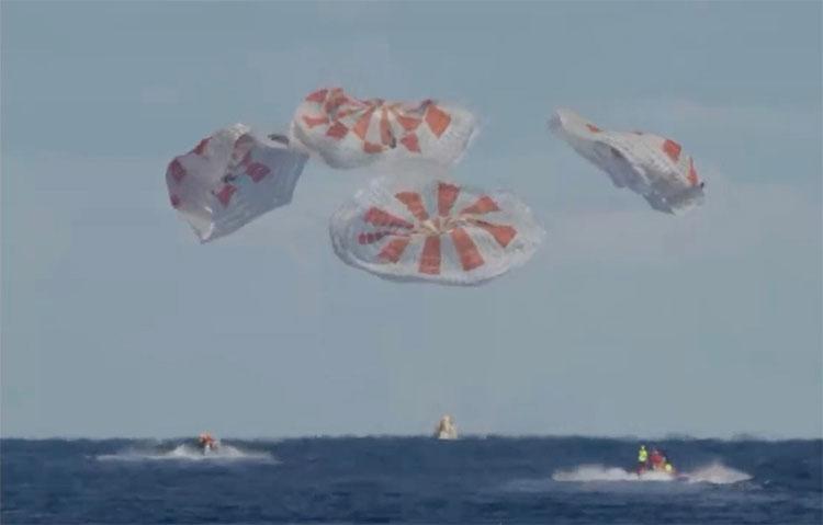 """Crew Dragon """"hạ cánh"""" với sự hỗ trợ của 4 chiếc dù lớn."""