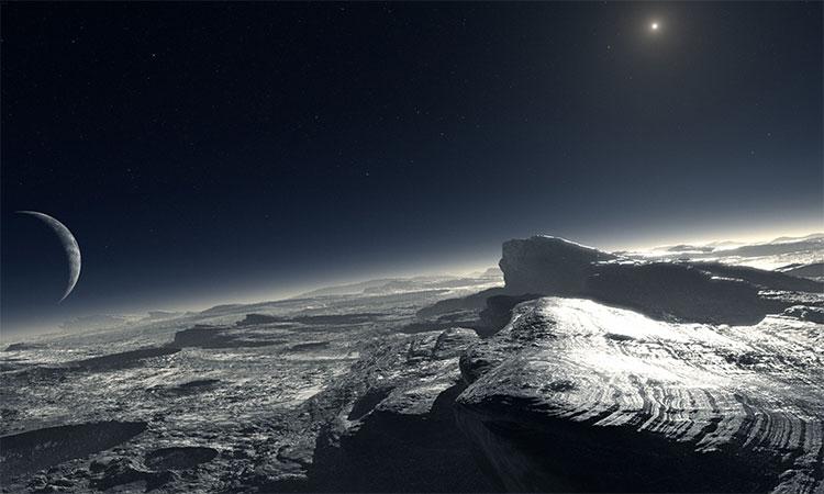 Bề mặt Pluto với bầu khí quyển sương mù, vệ tinh Charon và Mặt Trời trên bầu trời.
