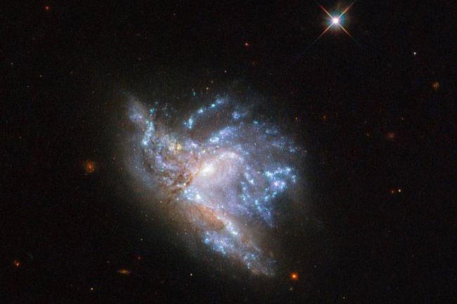 Cặp thiên hà NGC 6052 mang hình dạng độc đáo.