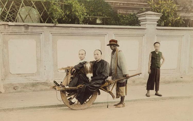Bộ ảnh Trung Quốc thế kỷ 19 của ông phản ánh chân thực quang cảnh đường phố với các thương nhân, những công trình kiến trúc