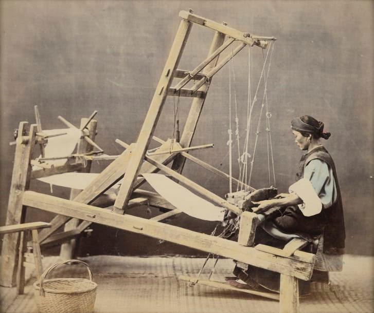 Một phụ nữ đang dệt vải