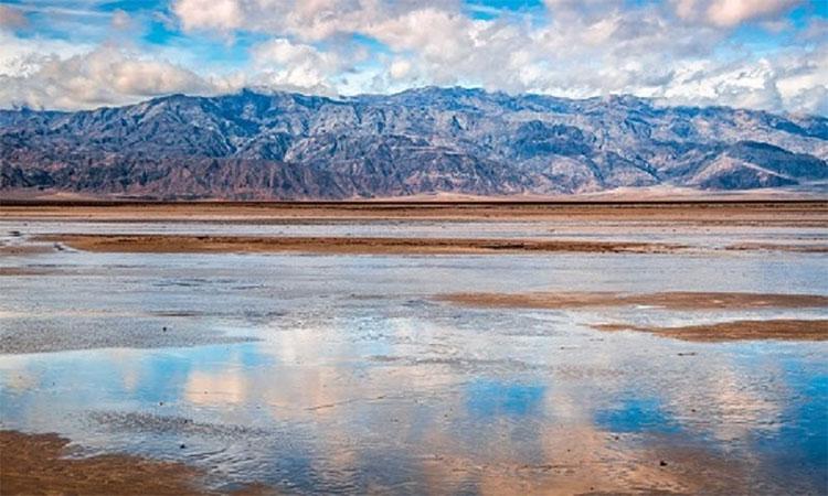 Hồ nước mưa trong vườn quốc gia thung lũng Chết.