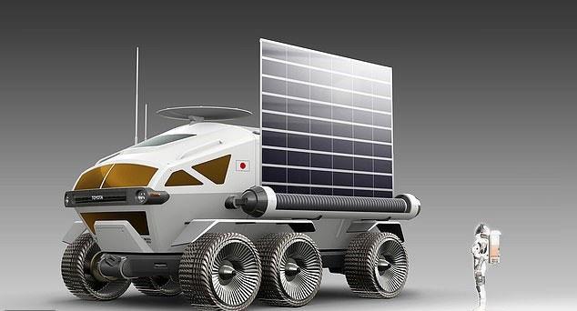Tàu hoạt động bằng năng lượng mặt trời được lấy từ những tấm pin ở 2 bên