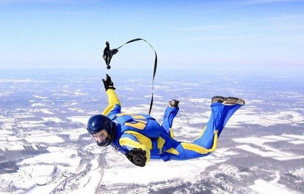 Những vận động viên nhảy dù đều phải có các món đồ bảo hộ trên người.