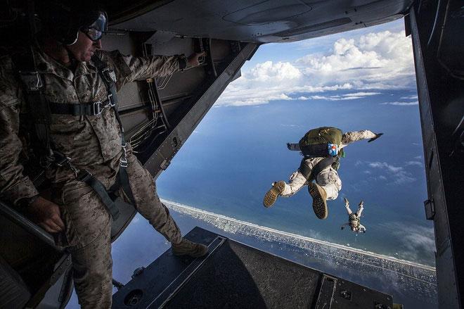 Những máy bay quân sự cần có đường dốc phù hợp để nhảy dù mà không gặp chấn thương nào.