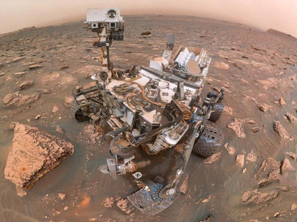 Một bức hình được chụp bởi xe thám hiểm sao Hỏa – Curiosity của NASA trong cơn bão bụi trên sao Hỏa