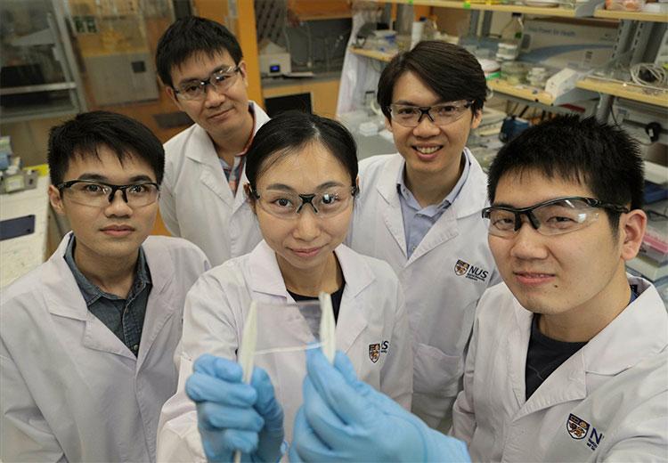 Giáo sư dự khuyếtBenjamin Tee (hàng sau, đầu tiên bên phải) cùng nhóm nghiên cứu.