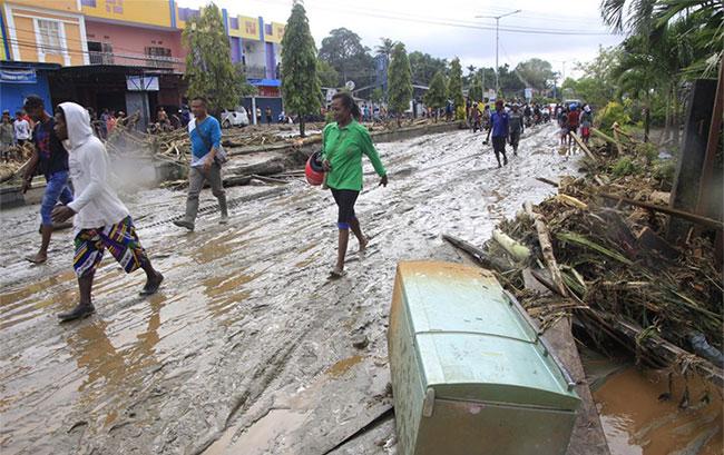 Một tuyến đường ngập trong bùn đất sau trận lũ quét tại Sentani, Indonesia ngày 17/3.