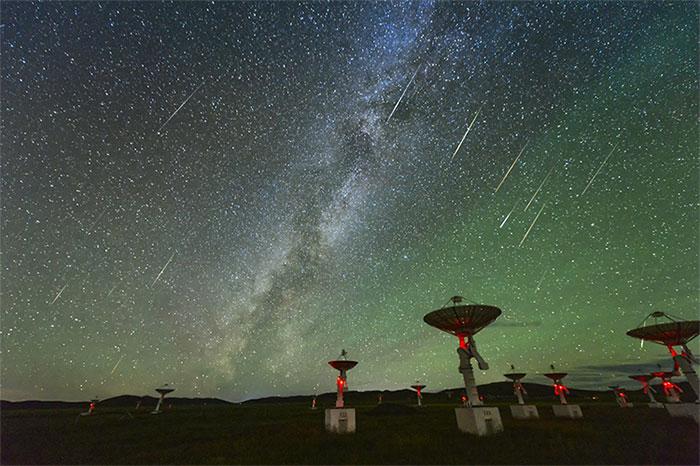 """Các nhà thiên văn học hàng đầu thế giới cho rằng người ngoài hành tinh đang """"kiểm soát"""" mọi động tĩnh của con người."""