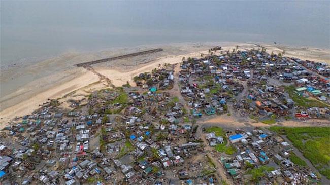 Bờ biển làng Praia Nova ở Mozambique bị tàn phá do bão.