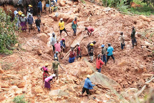 Một gia đình đào đống bùn để tìm con trai của họ ở Chimanimani.