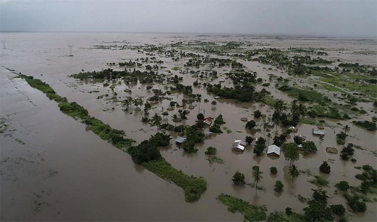 Bức ảnh được chụp tuần trước cho thấy nước lũ bao phủ các vùng đất rộng lớn ở Nicoadala, tỉnh Zambezia, Mozambique.