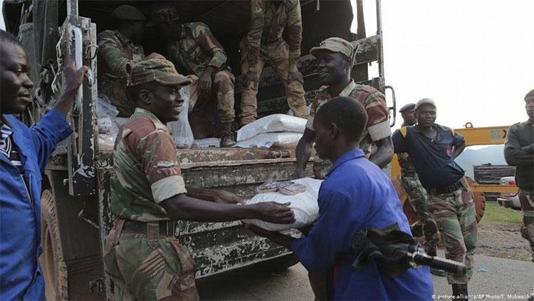 Các binh sĩ cung cấp thực phẩm cho người dân ở Chimanimani.