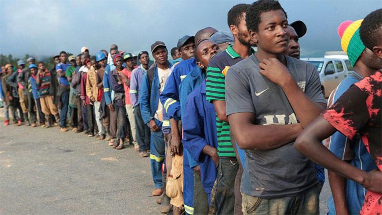 Người dân xếp hàng nhận thực phẩm được quân đội phân phát ở Chimanimani, ngày 18/3.
