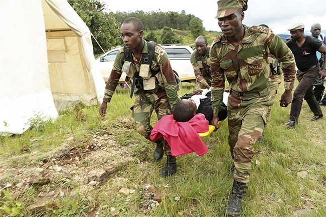 rong ảnh, các binh sĩ mang theo những người sống sót bị thương từ một máy bay trực thăng ở Chimanimani