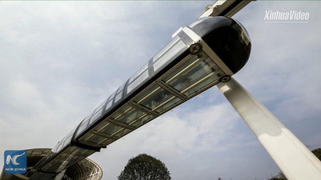 3 mặt của toa xe được làm từ thủy tinh trong suốt - cho phép hành khách nhìn ngắm vẻ đẹp của mặt đất.