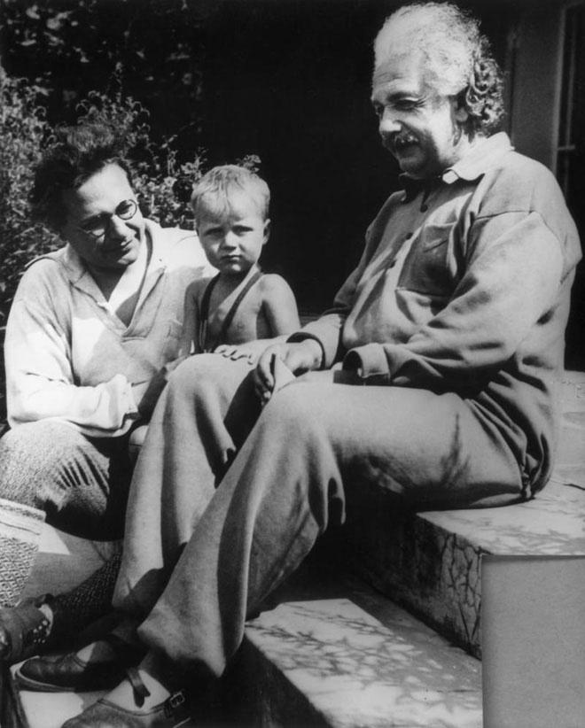 Hai cha con Albert Einstein và cháu Bernhard vào năm 1936.