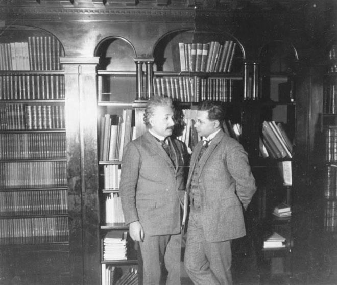 Hai cha con Albert Einstein và Hans Albert vào năm 1927.