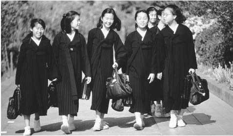 Nhóm nữ sinh Triều Tiên cười nói vui vẻ trên đường đến trường.