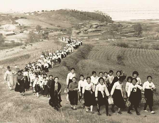 Mùa xuân năm 1937, học sinh một trường trung học ở Triều Tiên dã ngoại ở tỉnh Pyongan Bắc.